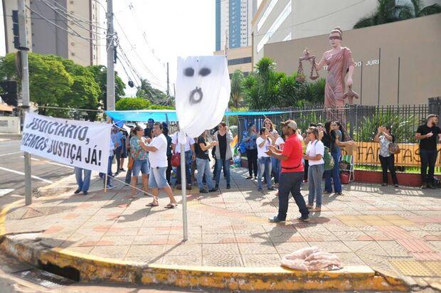 Funcionários da Omep/Seleta acampam em frente ao Fórum contra demissões em massa