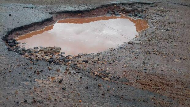 Vídeo: motoristas se arriscam na contramão para desviar de buracos na Capital