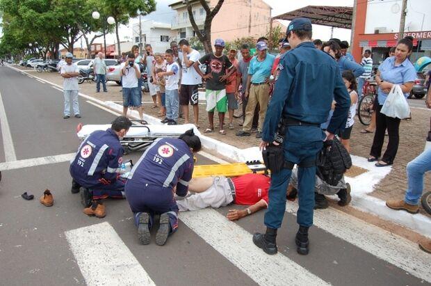 Idoso fica ferido após ser atropelado por motocicleta