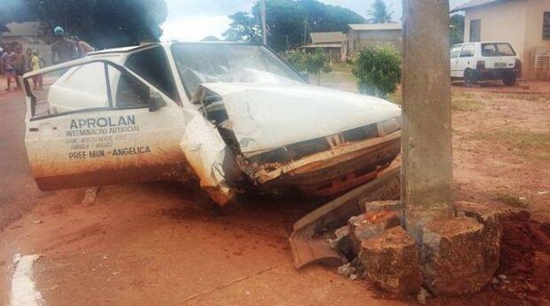 Após colisão contra poste, condutor foge abandonando veículo e passageira ferida