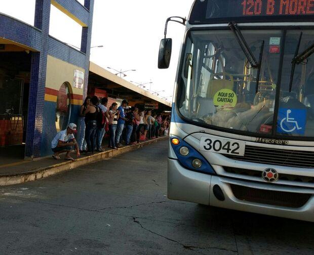 Passageiros reclamam dos atrasos de ônibus e temem problemas no trabalho