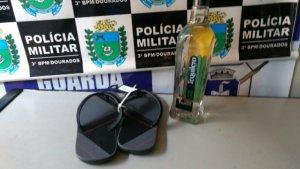 Homem é detido após furtar chinelo e garrafa de bebida de supermercado