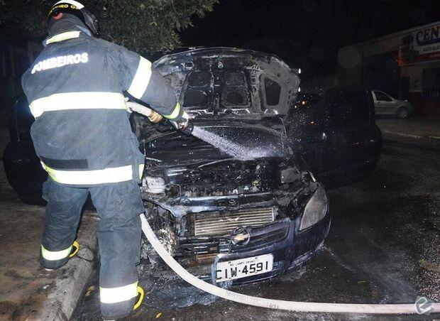 Veículo pega fogo e a suspeita é de incêndio criminoso