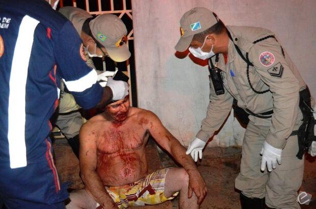 Pedreiro fica ferido após ser atingido por garrafada por atual de sua ex