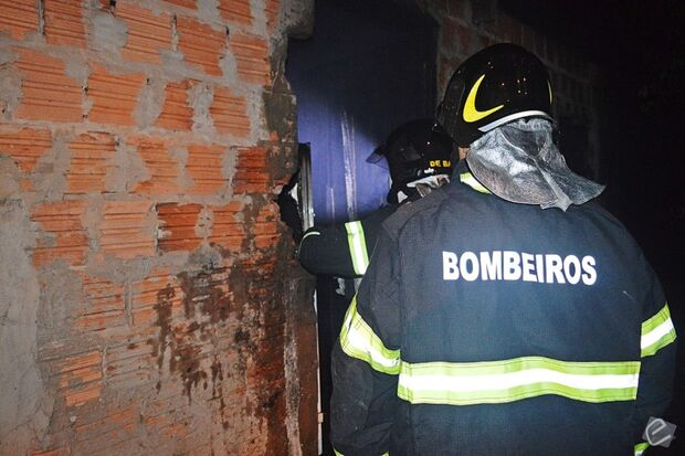 Casa pega fogo e trabalhador rural suspeita de incêndio criminoso