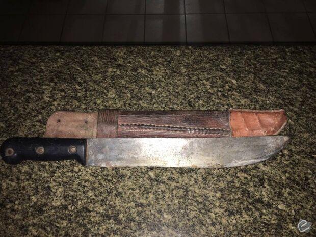 Homem é detido após ameaçar mulheres com facão em bar