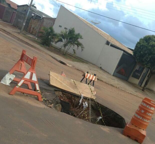 Asfalto não resiste à chuva e abre buraco na Vila Cidade Morena