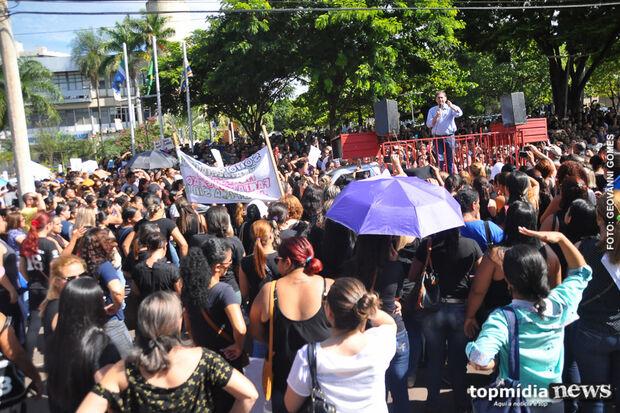 Durante protesto, ex-funcionários de creches gritam: 'Vou passar o Natal na casa do Bernal'
