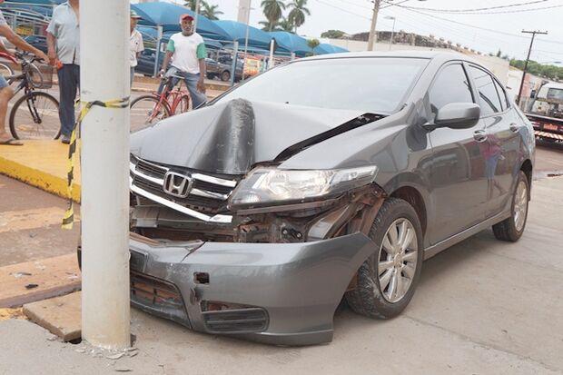 Empresário bate carro em poste e morre ao chegar em hospital