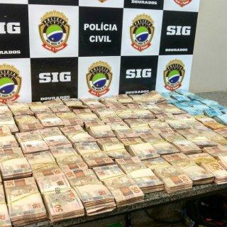 Carro 'recheado' de dinheiro é flagrado por policiais após prisão de dupla