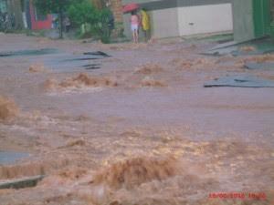 Em 2016, morador do Nova Lima viu o asfalto literalmente 'ir por água abaixo'