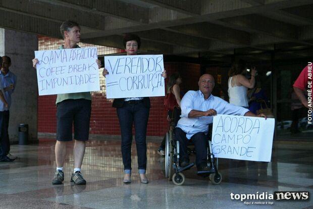 Grupo protesta contra diplomação de Marquinhos e vereadores investigados na Coffee Break