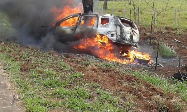 Jovem bate carro em árvore e morre carbonizado