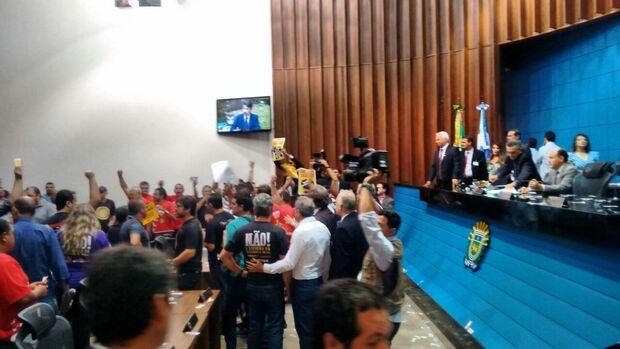 Vídeo: Servidores invadem plenário e tentam impedir votação da reforma da previdência