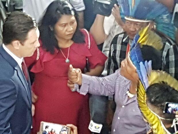 VÍDEO: Constrangido, Salineiro se retrata após sugerir 'descer o cacete' em índios