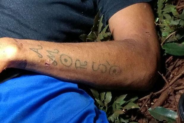 Homem é encontrado morto com mãos amarradas e boca amordaçada em matagal