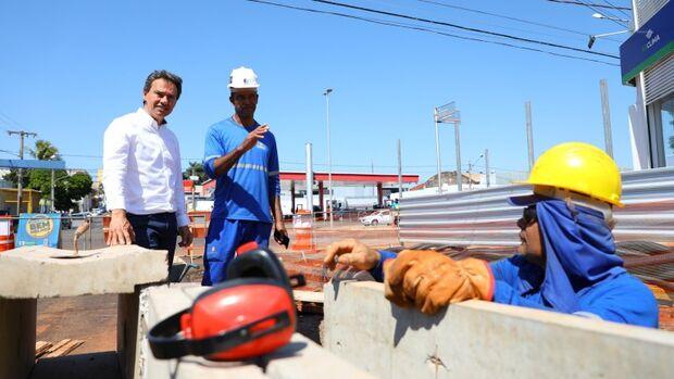 Prefeito vistoria obras do Reviva Campo Grande no Centro