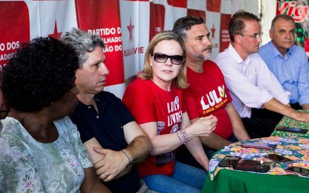 """PT insiste em tese de """"golpe"""" e anuncia boicote à posse de Bolsonaro"""
