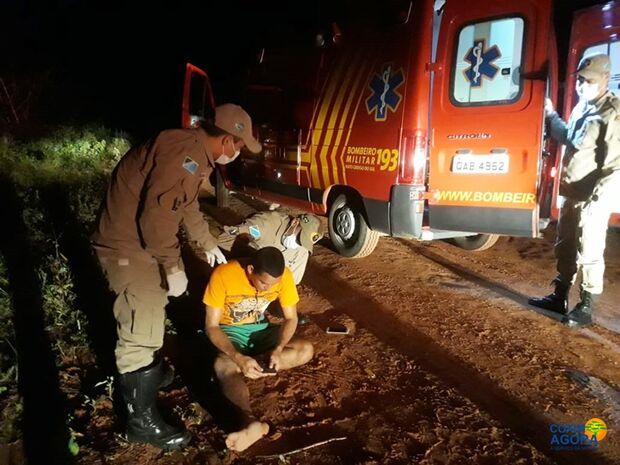 Bombeiros socorrem homem que foi agredido e abandonado em terreno após assalto