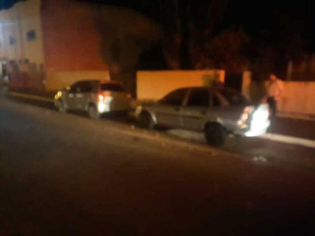 Motorista bate em carros estacionados, foge, mas 'esquece' placa do veículo