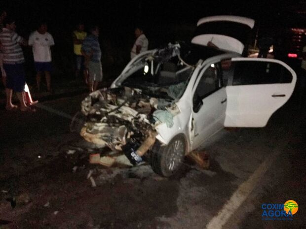 Motorista morre e passageiro fica gravemente ferido após colisão entre carro e carreta