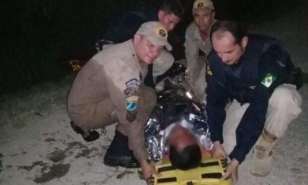 Bombeiros resgatam homem que estava rodeado de jacarés
