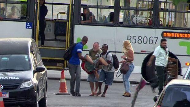 Passageiros de ônibus carregam idoso até hospital, ninguém ajuda e homem morre