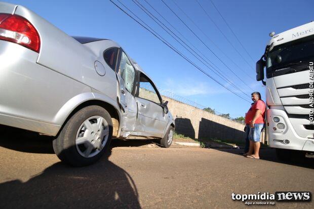 Caminhoneiro fura sinal e atinge carro de sargento da PM