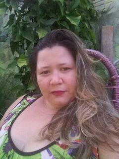 Amigos e familiares prestam últimas homenagens para cozinheira encontrada morta em quarto