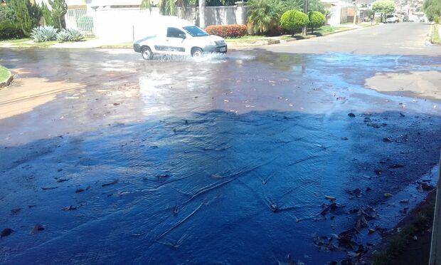Moradores denunciam clube por alagar ruas de bairro nobre após limpeza de piscina