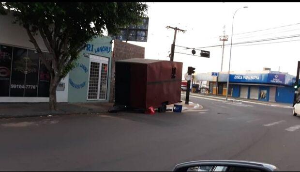 Visibilidade zero: garaparia e trailer em esquina aumentam riscos de acidentes na Presidente Vargas