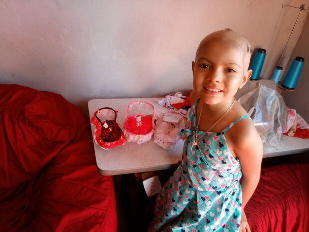 VÍDEO: guerreira, Julia enfrenta leucemia e faz bonequinhas de porcelanas para vencer o tédio
