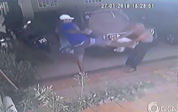 Suspeitos de assalto e agressão a idoso são detidos, mas acabam liberados