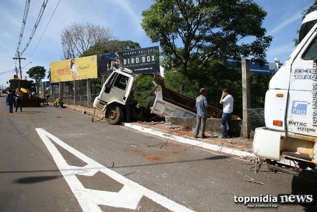 Com pane no motor, motorista evita batida e joga caminhão em ribanceira perto da Uniderp