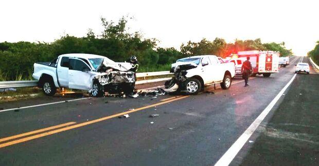 Batida entre caminhonetes deixa médico e idoso feridos