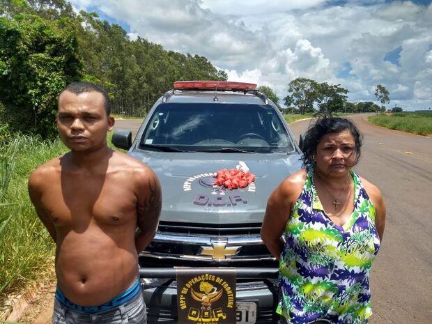 'Casal sem vergonha': dupla quase atropela policial e na fuga joga cocaína pela janela do carro