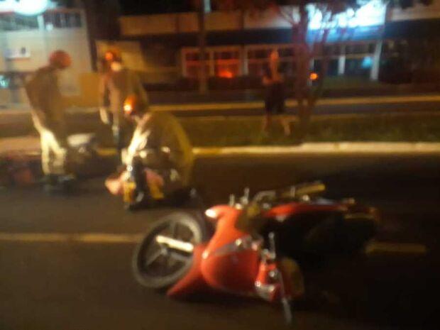 Motociclista aparentemente embriagado cai em plena via pública