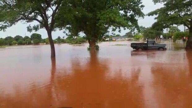 Chuva forte arranca asfalto, alaga ruas e faz lago transbordar em duas cidades de MS