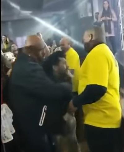 Eduardo Costa manda segurança bater em fã em show: 'Tira ele e dá uns tapas'