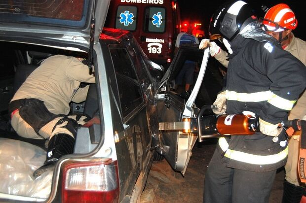 Mulher fica presa às ferragens e gravemente ferida em acidente na MS-276