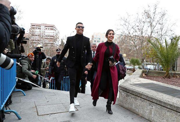 Cristiano Ronaldo chegou ao tribunal sorridente, assumiu fraude fiscal e saiu
