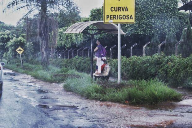 Chuva forte diverte crianças, mas leva transtorno a motoristas e motociclistas na Moreninha