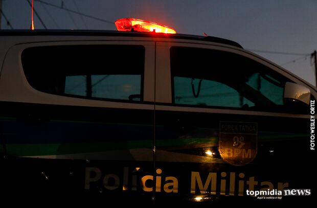 Mulher tenta se livrar de paradinha, mas casal acaba preso vendendo drogas em favela da Capital