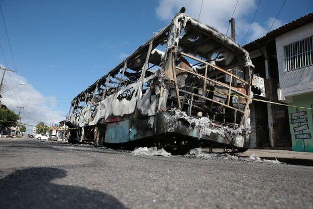 Ceará tem terceira noite seguida de ataques; carros foram incendiados em concessionária e shopping