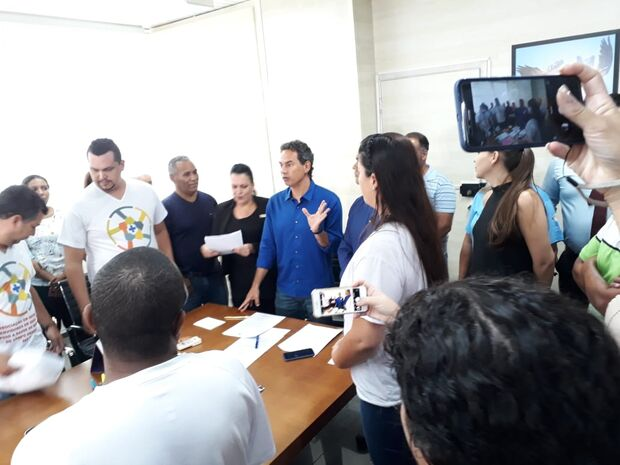 Marquinhos assina decreto que dá 'upgrade' em salário dos administrativos da saúde