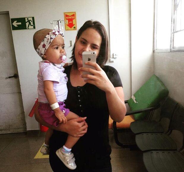 Desempregada, mãe pede ajuda para comprar materiais hospitalares para filha com leucemia