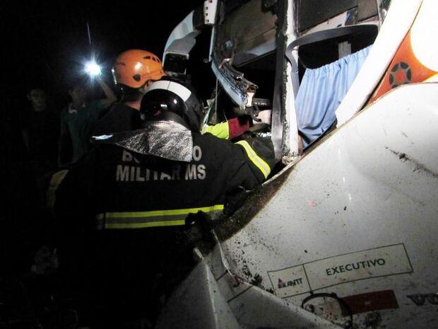 Dois morrem e sete ficam feridos em batida entre ônibus, caminhonete e carreta