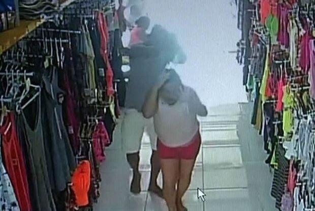 VÍDEO: homem ataca a ex-mulher com ácido por não aceitar fim do casamento