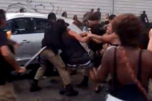 Foliões reclamam de abordagem de guarda que dá 'mata-leão' em rapaz em bloco de rua