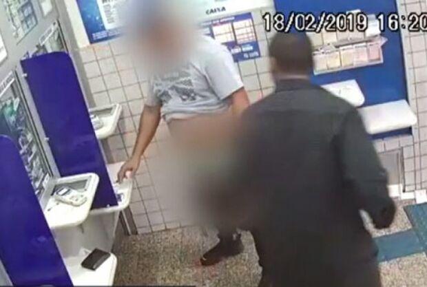 Vítima é obrigada a abaixar as calças durante assalto em casa lotérica